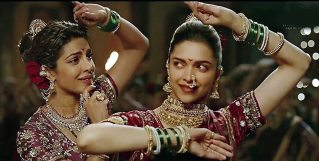 tiwwpmhzph67na9b.D.0.Pinga-Song---Bajirao-Mastani--Deepika-Padukone--Priyanka-Chopra-Still